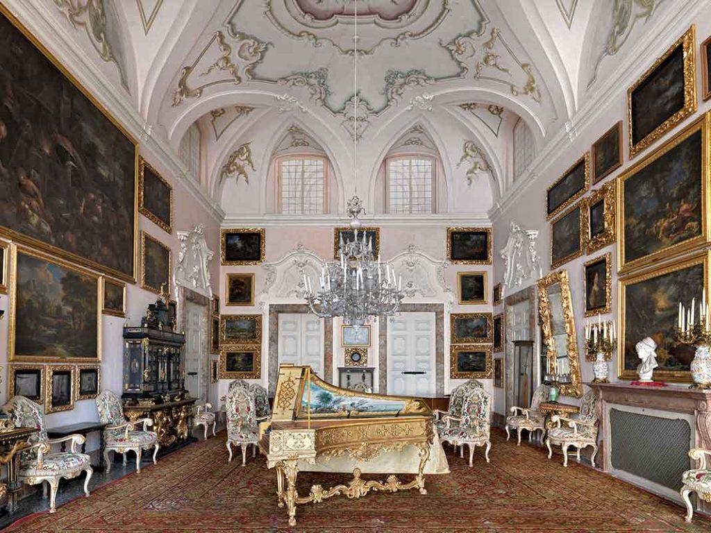 Sala-della-musica-con-i-quadri-del-Cavalier-Tempesta_Massimo-Listri
